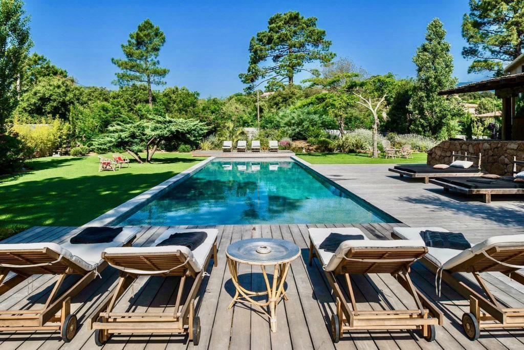 melange d'eau et bois pour une piscine dans un écrin de verdure