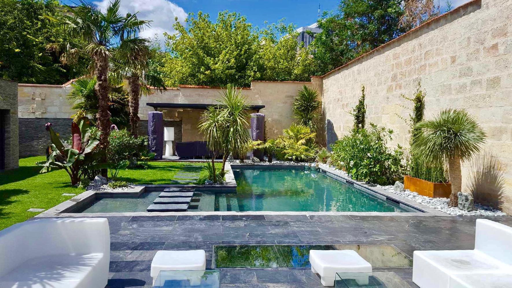 piscine style bassin ancien avec jardin exotique